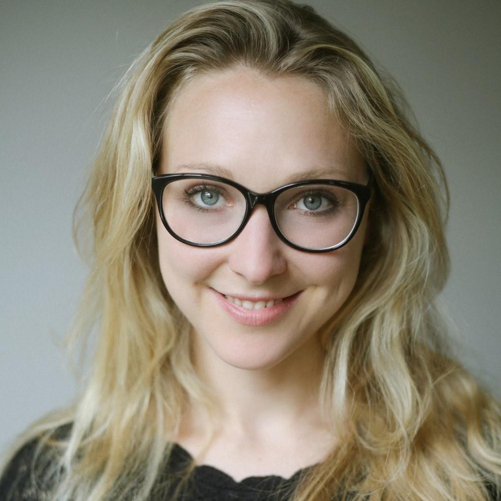 Anne Fischer derrière ses lunettes
